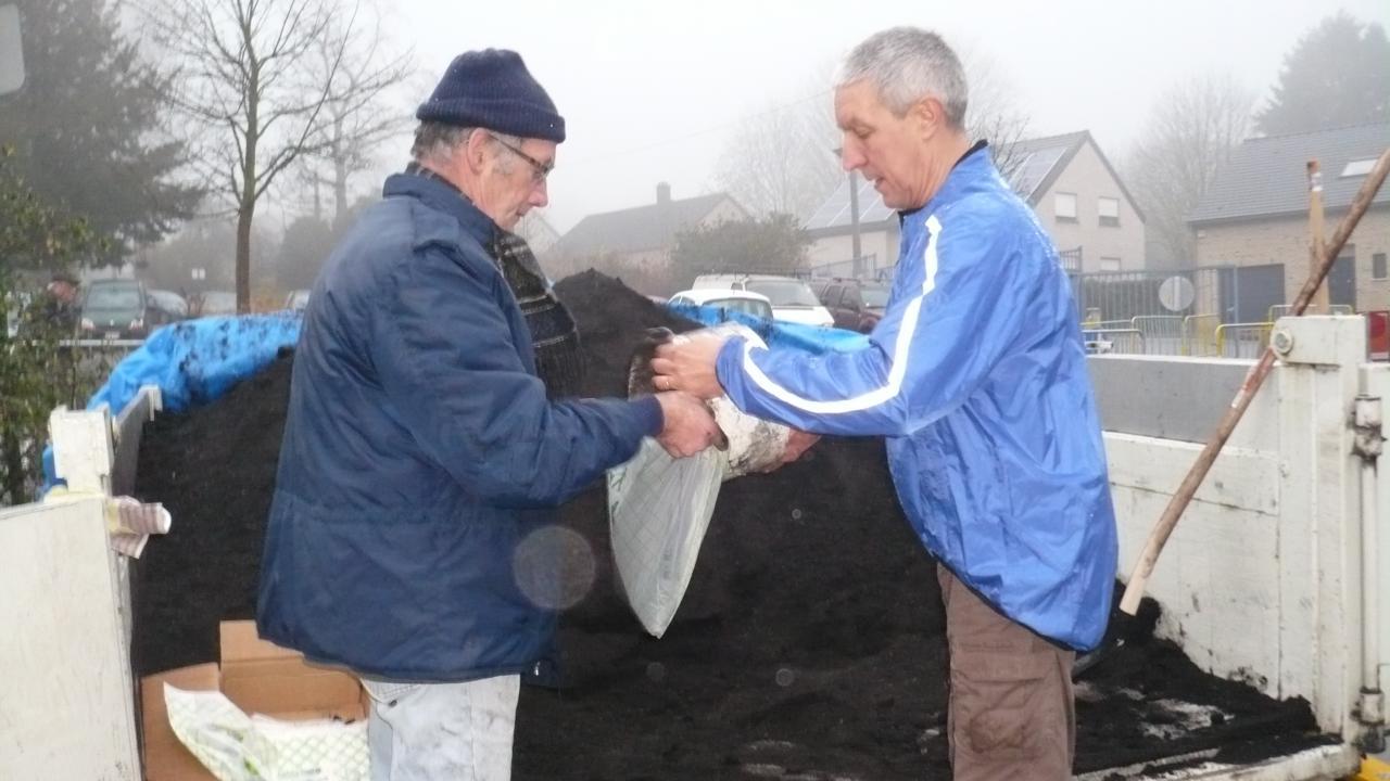 Gus et Marc remplissent les sacs OK compost