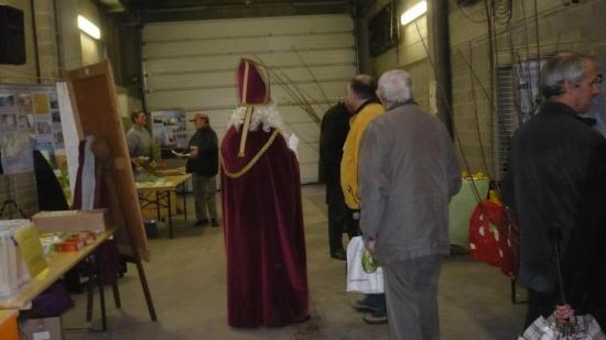 Saint Nicolas distribuant des pommes